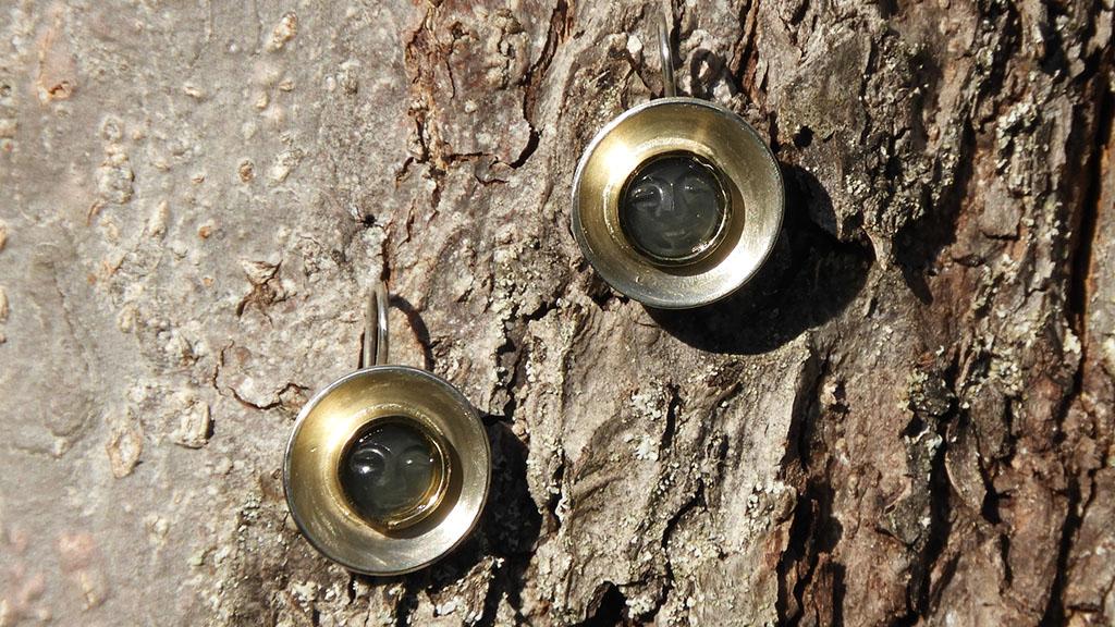 Ohrringe aus Silber mit Goldfassung und Mondsteinen